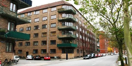 Hjørnelejl. 131 m2, 3. sal. m. 2 store Altaner, Sjælden udbudt Ønskelejlighed til istandsættelse.
